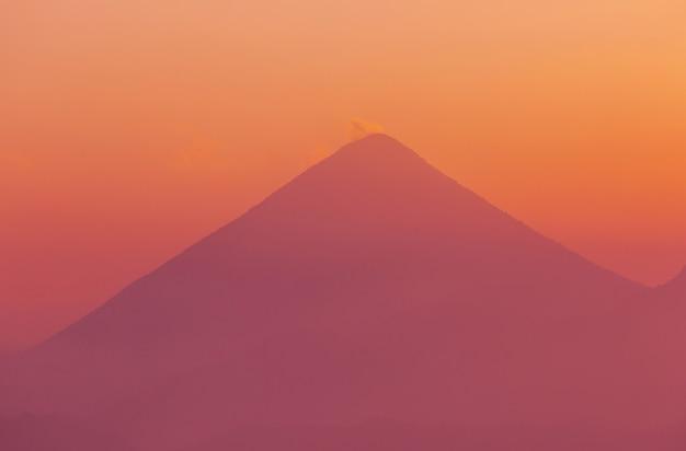 Bei paesaggi dei vulcani in guatemala, america centrale