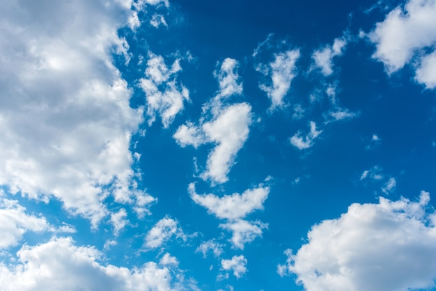 Belle nuvole volumetriche su un cielo blu
