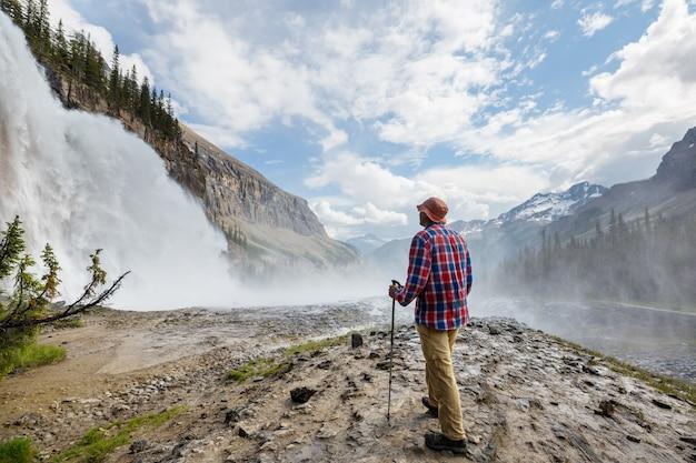 Bella cascata nelle montagne canadesi