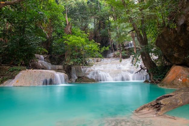 Bella cascata. cascata di erawan al parco nazionale di erawan in kanchanaburi, tailandia.