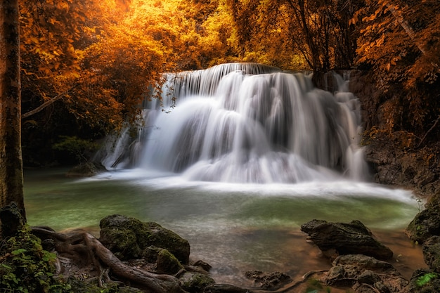 Bella cascata nella foresta, huay mae khamin cascata