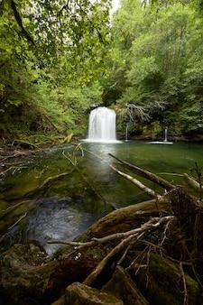 Bella cascata nascosta in una parte remota della galizia, spagna.