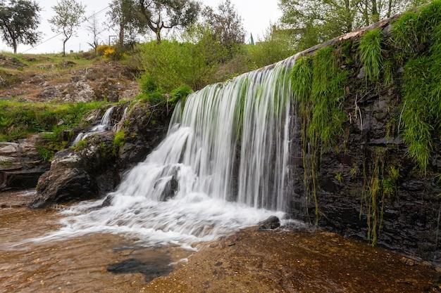 Una bellissima cascata sulla piscina naturale del fiume arrago