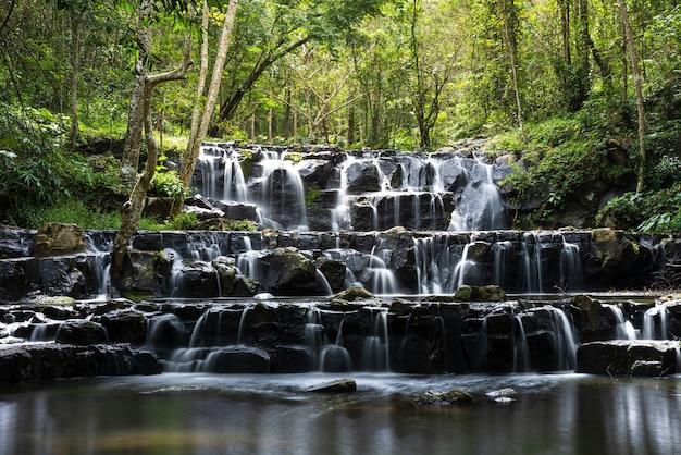 Bella cascata in tailandia