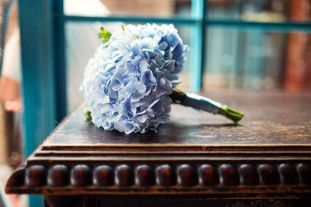 Bellissimo bouquet da sposa nei toni del blu