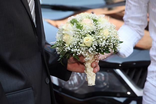 Bellissimo bouquet da sposa in mano della sposa