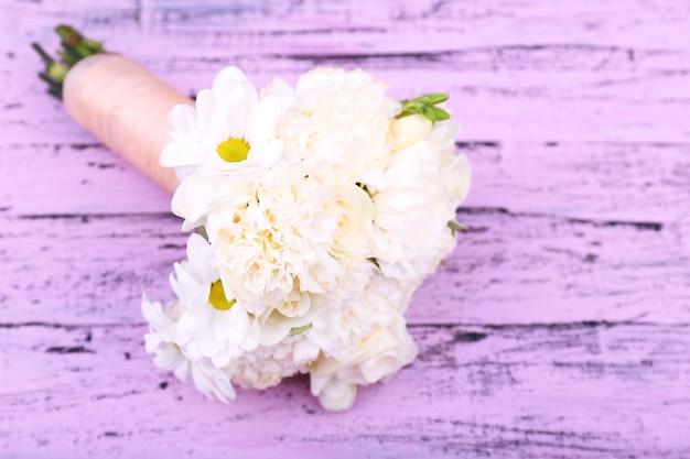 Bellissimo bouquet da sposa su una superficie di legno