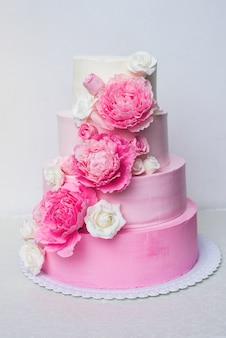 Bella torta nuziale decorata con fiori
