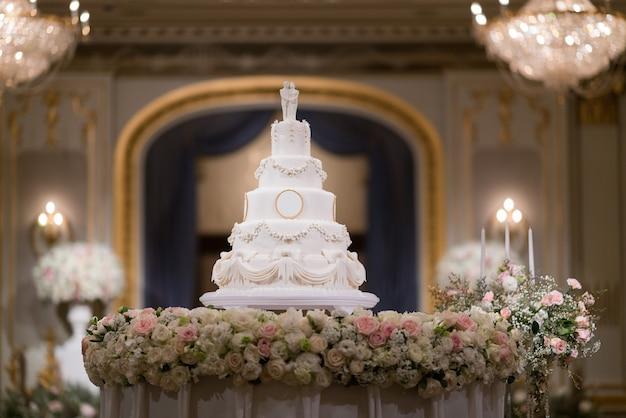Bella torta nuziale con sfocatura dello sfondo