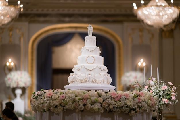 Bella torta nuziale con sfondo sfocato