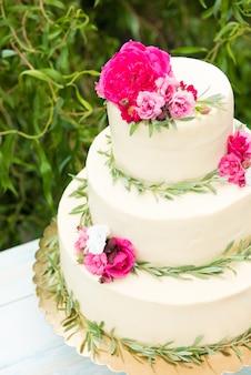 Bella torta nuziale con fiori