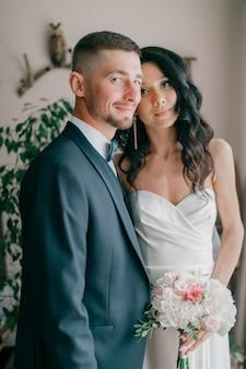 Ritratto dell'interno delle belle coppie di nozze