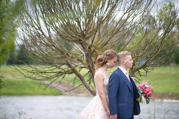 Ritratto all'aperto delle belle coppie di nozze
