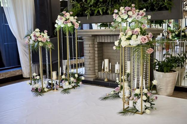 Bellissime decorazioni per matrimoni in ristorante pronto per banchetti