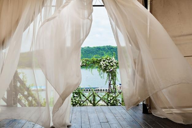 Bellissimo matrimonio floreale matrimonio arco di rose bianche e ramoscelli con foglie verdi