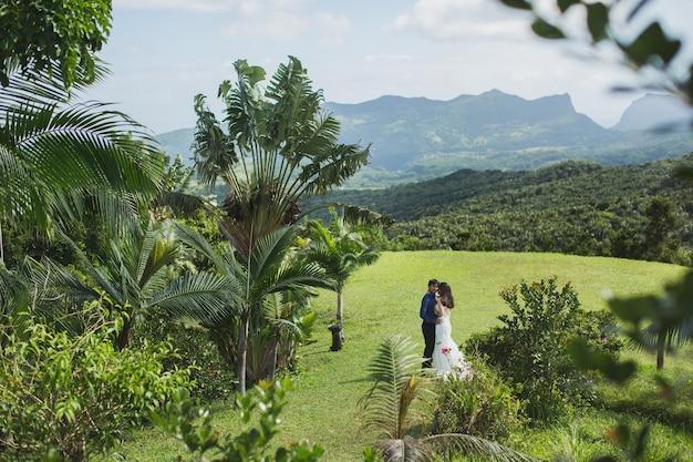 Bellissimo matrimonio tra le montagne di un'isola tropicale