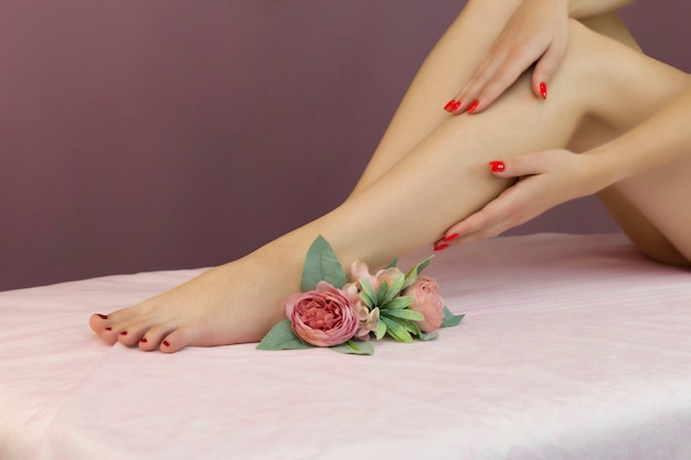 Belle gambe femminili ben curate. cura dei piedi. depilazione dei peli sulle gambe.