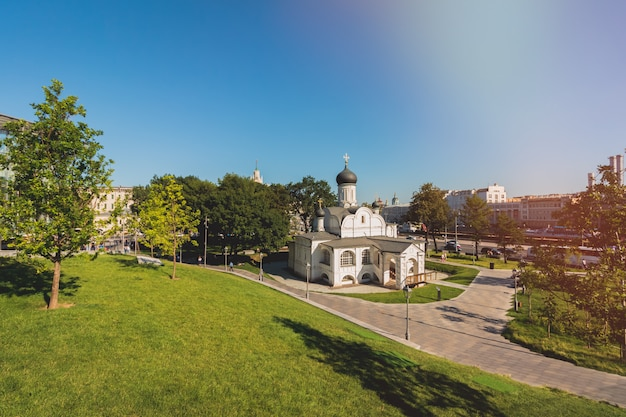 Bella chiesa bianca di cristiani ortodossi a mosca
