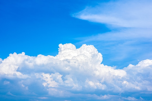 Belle nuvole bianche in un cielo azzurro brillante in una calda giornata estiva.