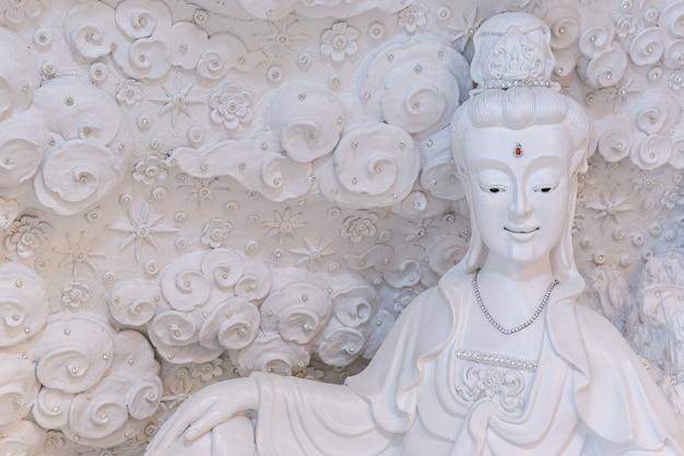 Bella statua bianca di guan yin