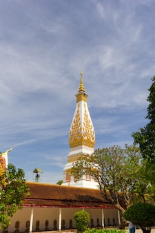 Bellissima pagoda bianca al wat phra that phanom temple