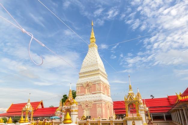 Bella pagoda bianca al wat phrathat renu nakhon