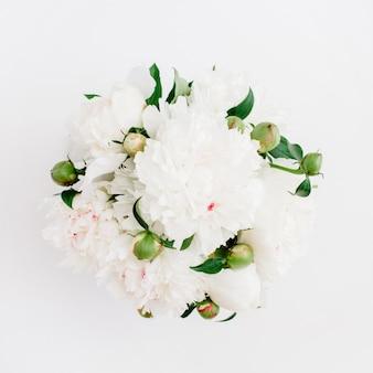 Bouquet di fiori di belle peonie bianche su bianco