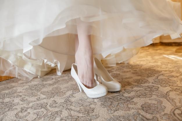 Belle scarpe da sposa bianche della sposa.