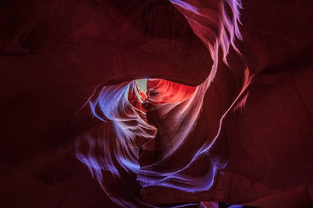 Bella vista grandangolare di incredibili formazioni di arenaria nel famoso antelope canyon