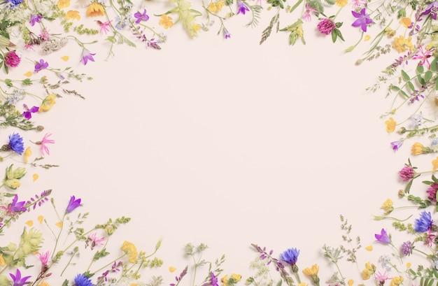 Bellissimi fiori selvatici sul tavolo bianco