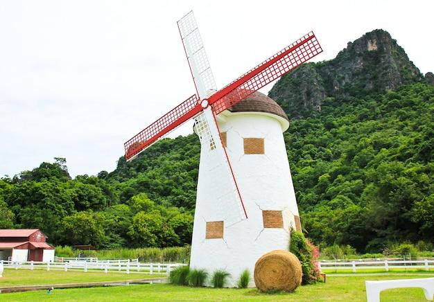 Bello paesaggio del mulino a vento in tailandia