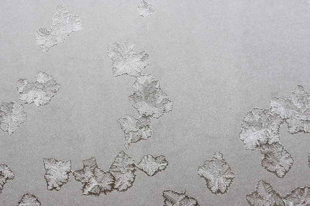 Bellissimo sfondo invernale, brina sulla finestra, consistenza naturale su vetro con un motivo congelato.