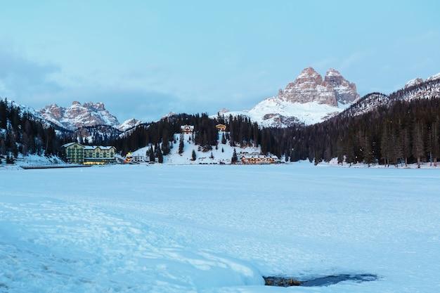 Bellissimo inverno congelato vista lago alpino misurina ad auronzo di cadore (italia)