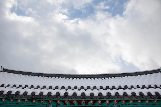Bellissimo paesaggio invernale con casa tradizionale coreana