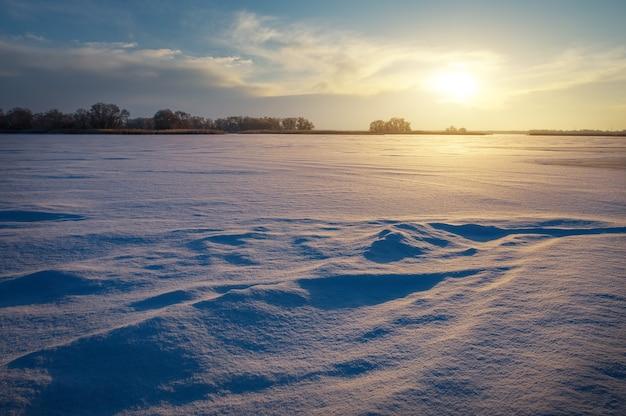 Bellissimo paesaggio invernale con lago e cielo al tramonto. composizione della natura.