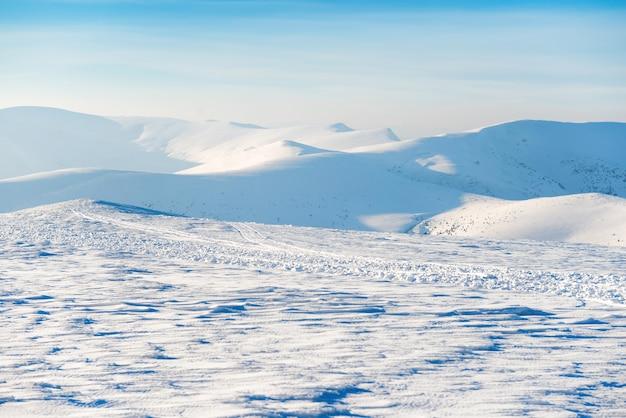 Bellissimo paesaggio invernale con montagne innevate e cielo blu