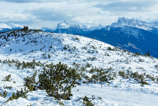 Bellissimo paesaggio montano invernale con pista da sci. corno del renon
