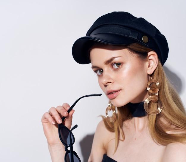 Bella donna in abito nero berretto sul primo piano di testa accessori stile elegante moda. foto di alta qualità