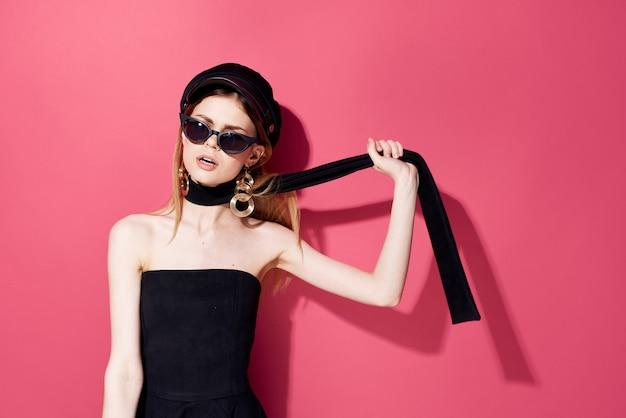 Bella donna in occhiali neri fascino studio decorazione accessori modello sfondo isolato. foto di alta qualità