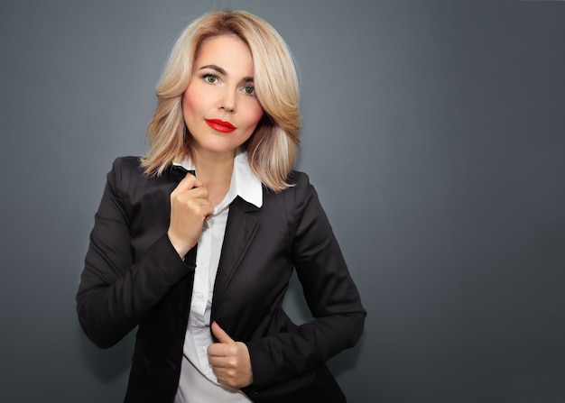 Bella donna in giacca nera e labbra rosse
