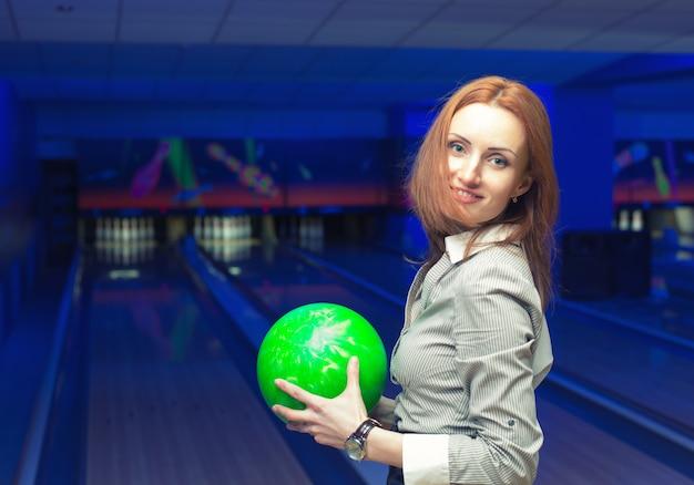 Bella donna in un bowling