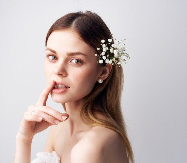 Bella donna trucco luminoso vestito bianco sfondo chiaro