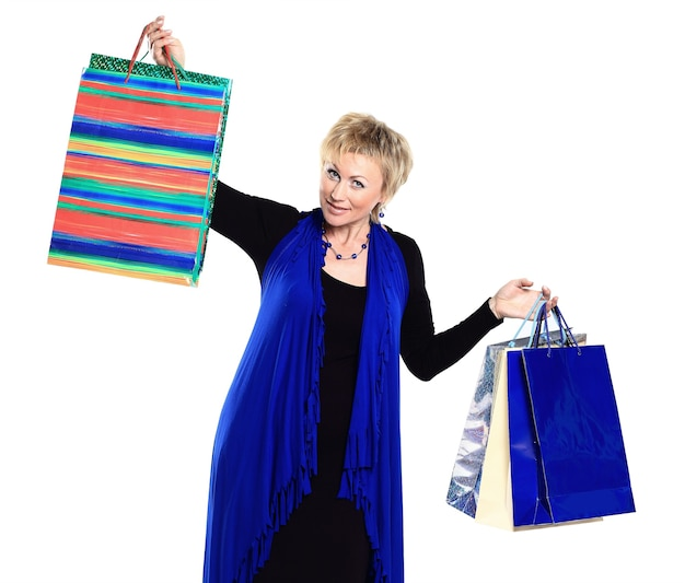 Bella donna in una campagna dietro gli acquisti.