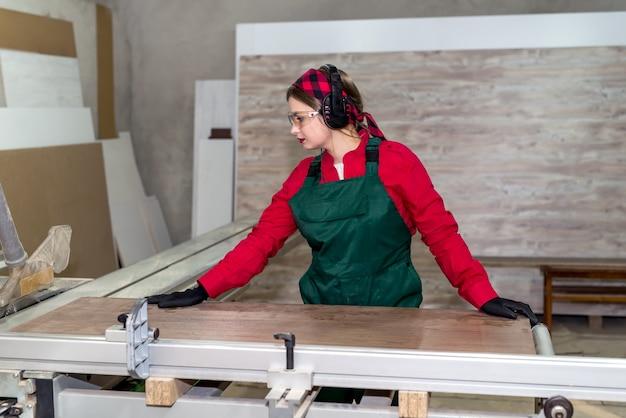 Bella donna falegname inizio lavoro in falegnameria