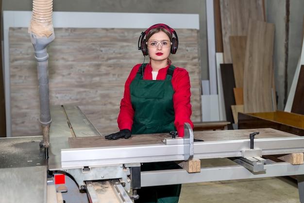 Falegname di bella donna che inizia il lavoro in falegnameria
