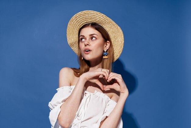 Bella donna fascino cappello lifestyle estate viaggi sfondo blu. foto di alta qualità