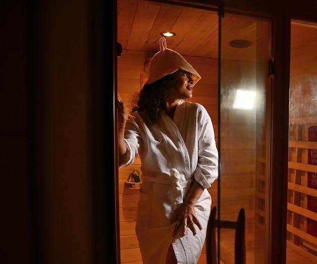 Bella donna che esce dalla sauna. spa resort