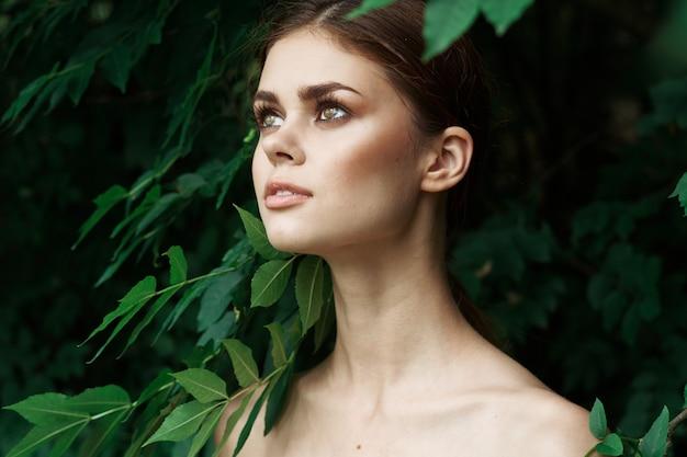 Bella donna cosmetologia natura foglie verdi modello glamour