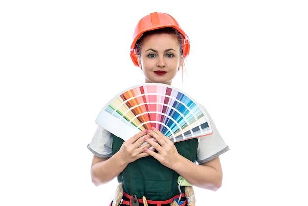 Bella donna in tuta con strumenti e campione di colore