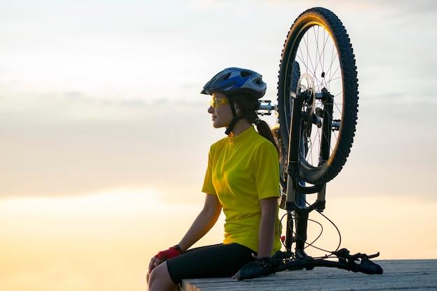 Bella donna ciclista con una bicicletta